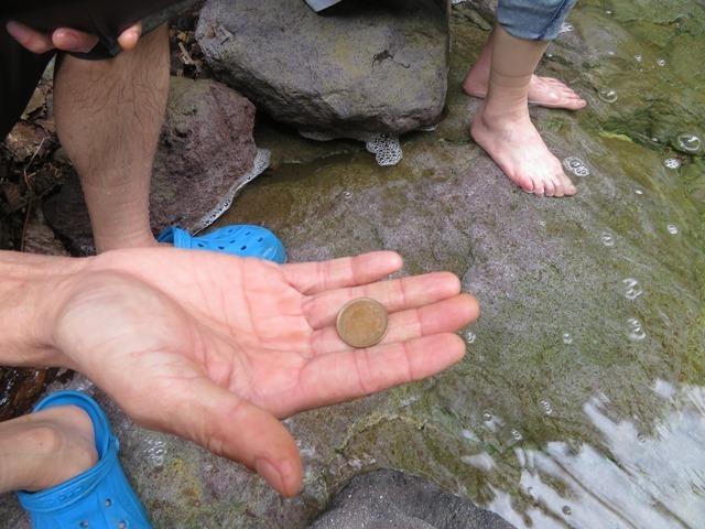 20200707カムイワッカ湯の滝一の滝で十円実験.JPG