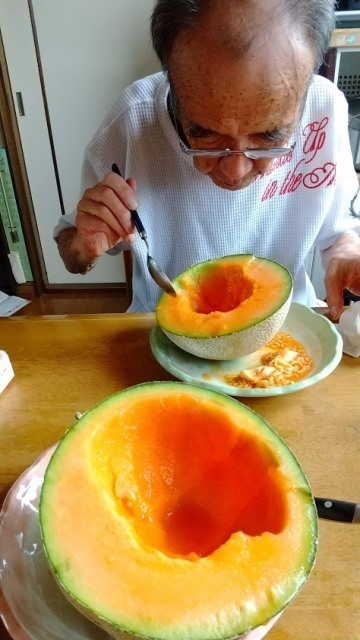 20200726訓子府のメロンを食べる父.JPG
